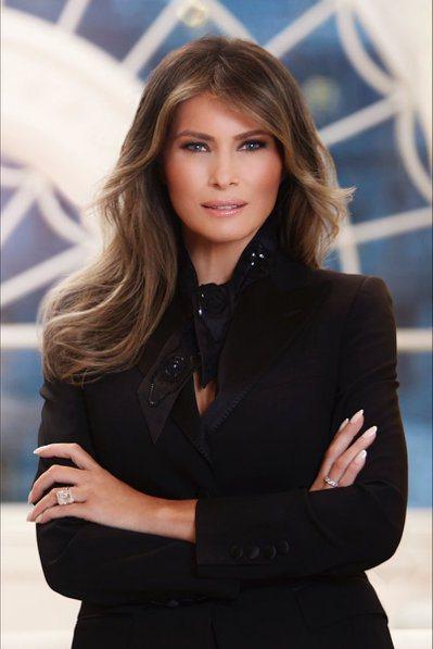 在這張上半身照片中,梅蘭妮亞雙手交叉,身穿黑外套繫黑領巾,左手戴了1枚超大顆的鑽...