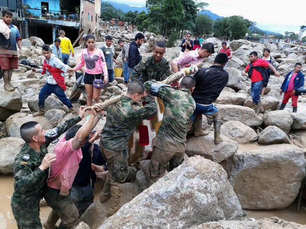 哥倫比亞發生河水暴漲與嚴重土石流,軍民合力救災。 美聯社