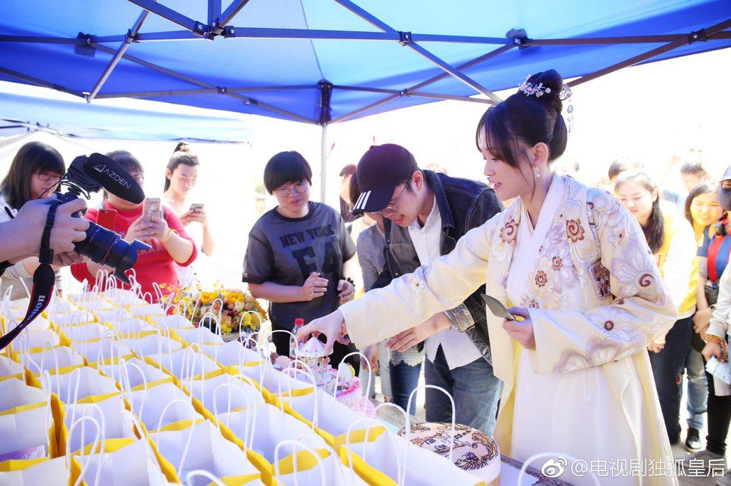 粉絲探班為陳喬恩慶生,也為劇組準備禮物。 圖/擷自獨孤皇后微博