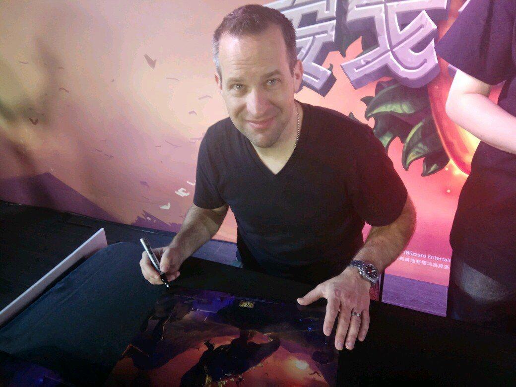 爐石藝術總監 Ben Thompson 於現場親筆為玩家們簽名。 攝影/余峯