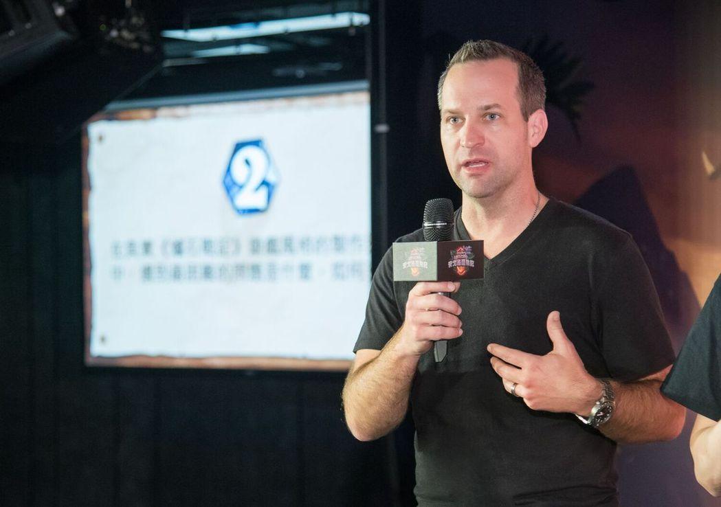 爐石藝術總監 Ben Thompson 回應玩家提問。 圖/暴雪提供