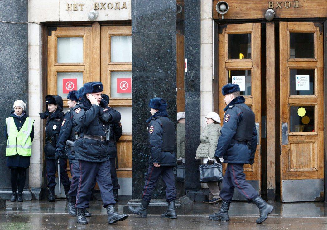 俄羅斯聖彼得堡關閉整個地鐵系統後,革命廣場站外有警察駐守。(路透)