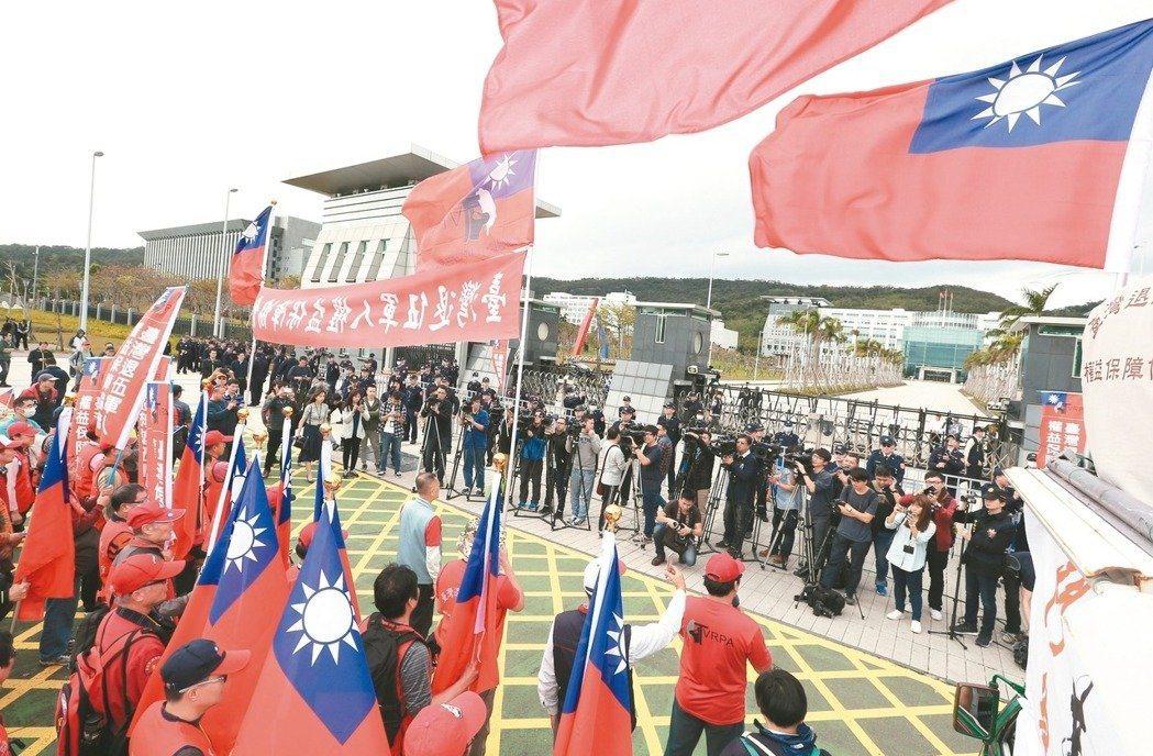 臺灣退伍軍人權益保障協會,則曾動員311「砲打國防部」活動,對軍方進行激烈陳情。...