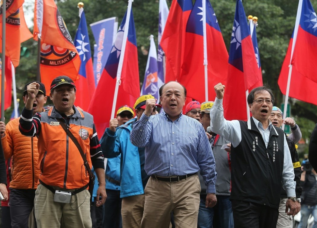 八百壯士捍衛權益活動。中為吳斯懷。報系資料照