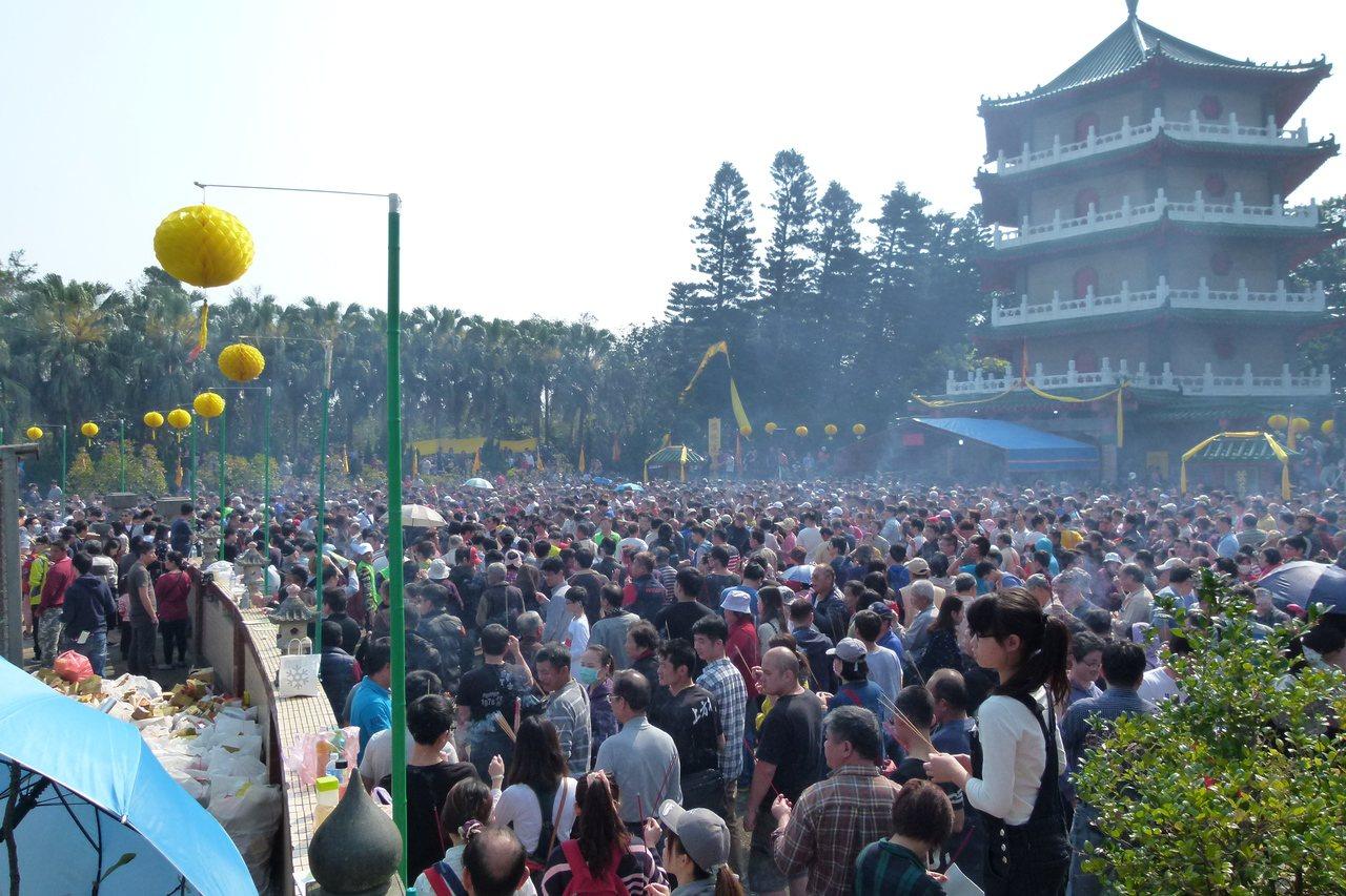 葉春日公派下協進會祭祖上午湧入約8000人。記者鄭國樑/攝影