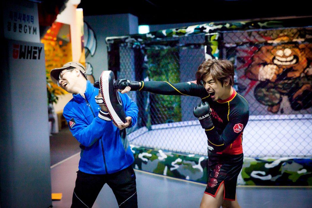 陳柏霖(右)為客串韓劇「華麗的反擊」練拳擊。圖/東森提供