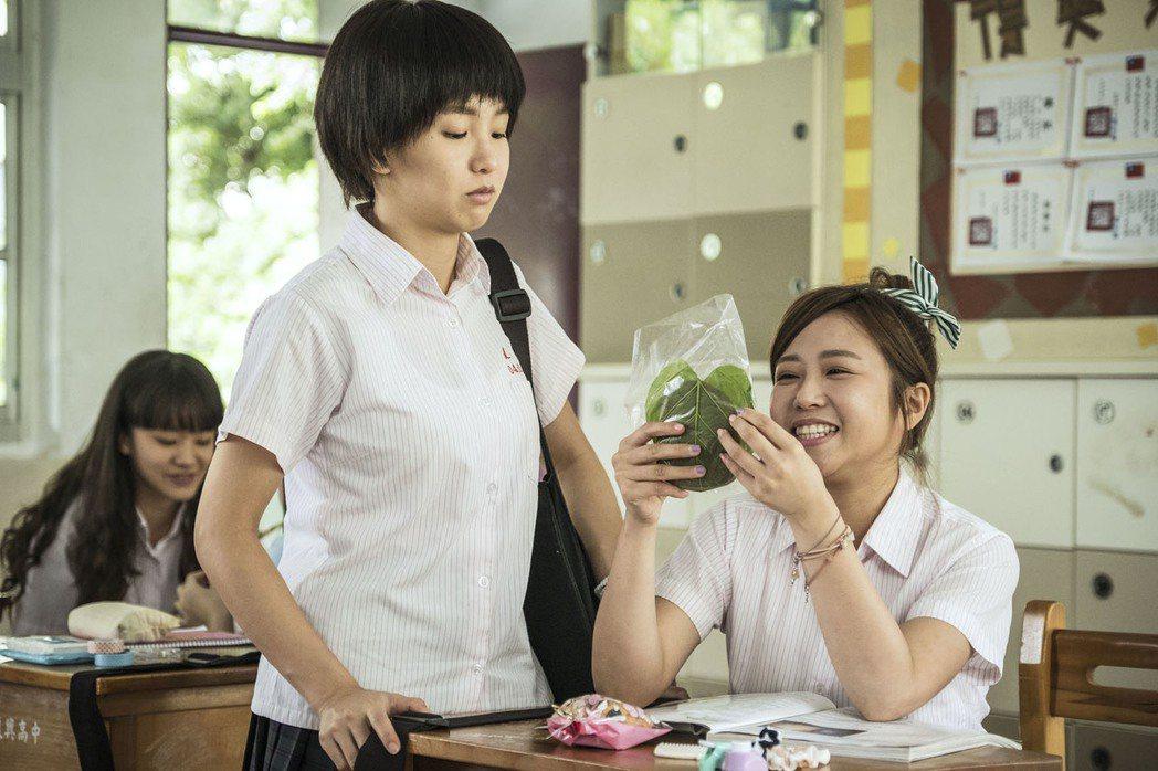 郭書瑤(左)在「通靈少女」中手做心型紅龜粿告白,意外掀話題。圖/公視提供