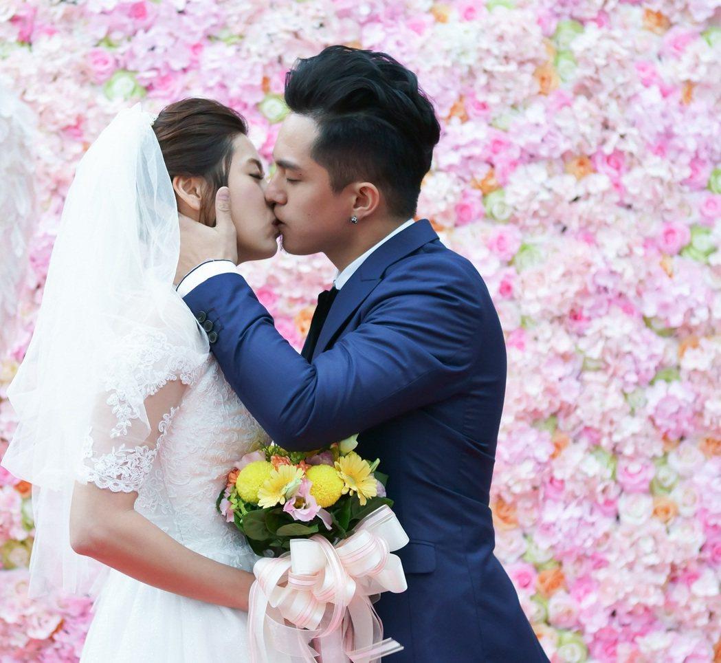 黃遠(右)與林予晞在「酸甜之味」中結婚。圖/TVBS提供