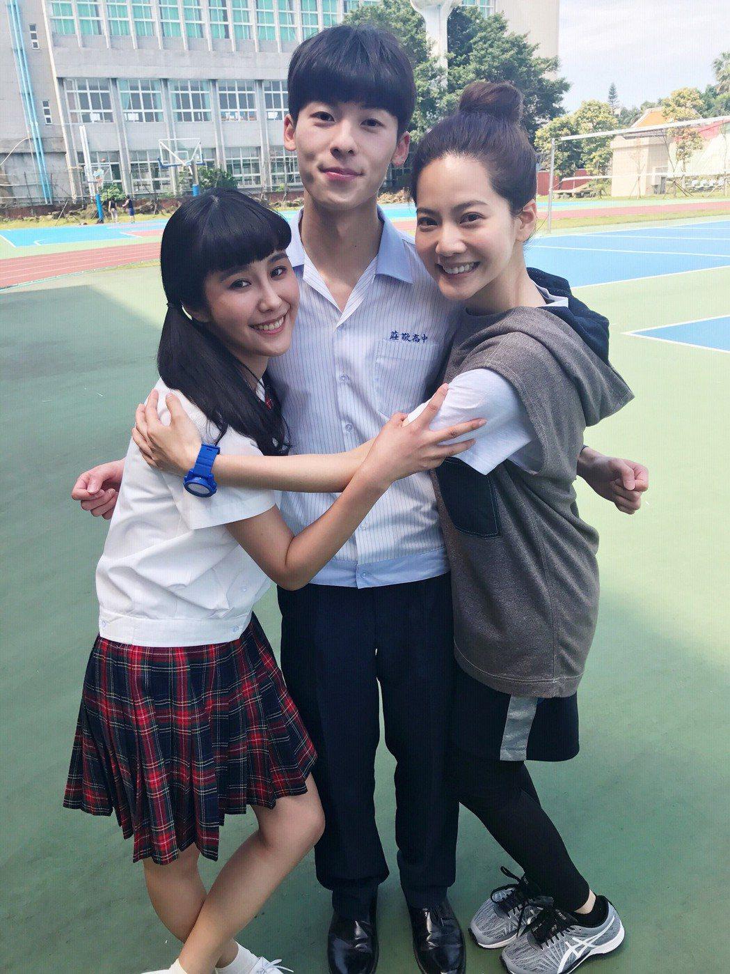黃心娣(左起)與許光漢、曾之喬在「稍息立正我愛你」中演高中同學。圖/周子娛樂提供