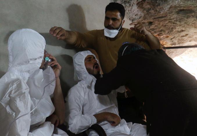 當地救援人員正對傷者進行治療,並指傷者疑似是遭到毒氣攻擊。路透