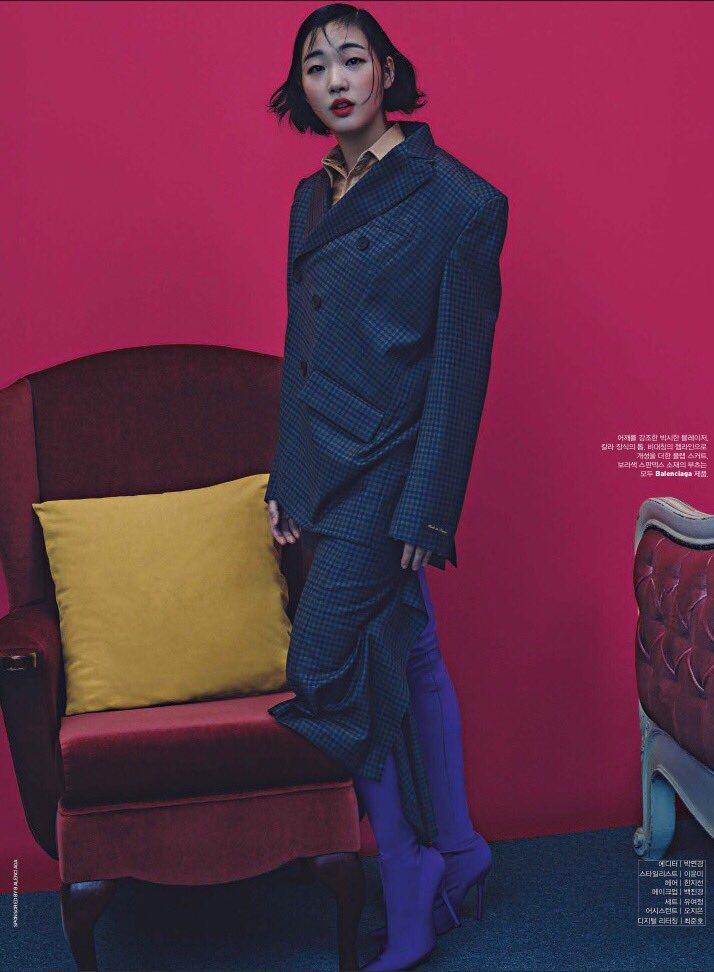 金高恩身穿BALENCIAGA西裝展現藝術氛圍。圖/取自twitter