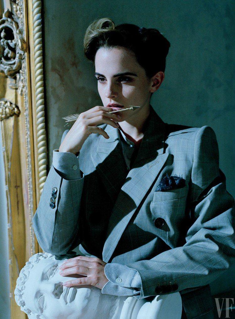 艾瑪華森穿出西裝的知性美。圖/取自vanityfair.com