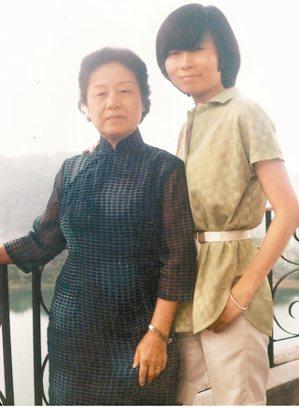 平路(右)與母親合影。 圖/時報文化出版公司提供