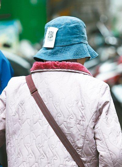 透過QR code記錄長輩聯絡方式與身體狀況,將布標縫在衣服手臂或領口,大小約5...