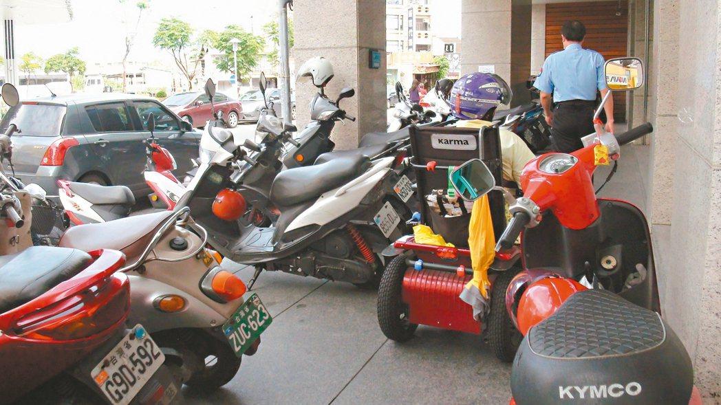 身障人士騎電動代步車很方便,但不少店家的斜坡道或進出路徑,都被機車或雜物占用。 ...