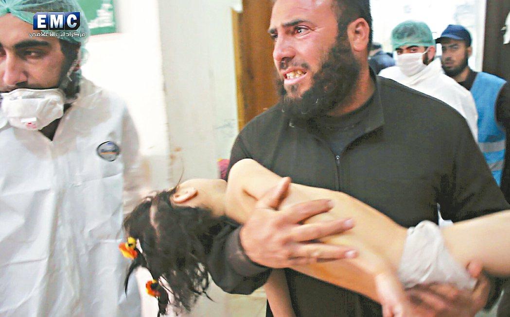 敘利亞西北部城鎮莰謝克宏(Khan Sheikhoun)4日傳出遭政府軍戰機以毒...