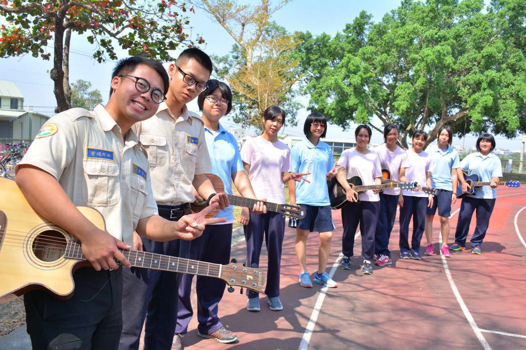 台南市山上國中替代役男薛榮漢(左1)教學生吉他,退伍前夕還為學生舉辦音樂發表會。...
