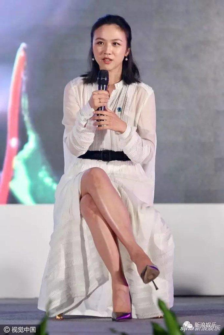 湯唯以Oscar de la Renta 2017春夏白洋裝穿出氣質。圖/取自微...