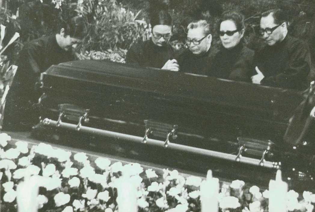 1975年4月16日,蔣公蓋棺準備奉厝慈湖。 本報資料照片