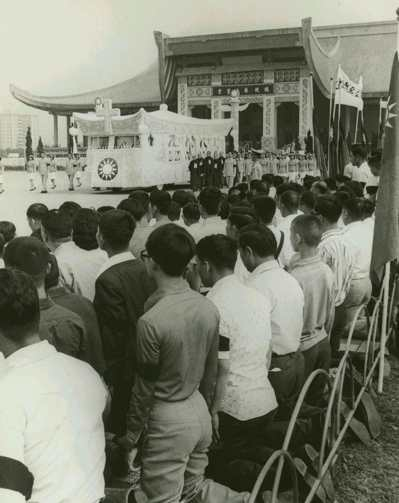 蔣公靈車緩緩駛離國父紀念館靈堂,沿途民眾跪地致哀,臂上都配喪章。 本報資料照片