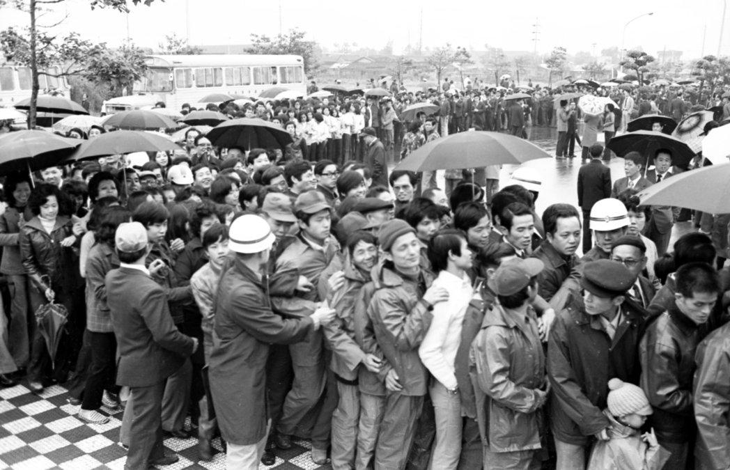 海外回國僑胞紀念蔣公逝世周年大會,圖為會場外大批人潮。 本報資料照片