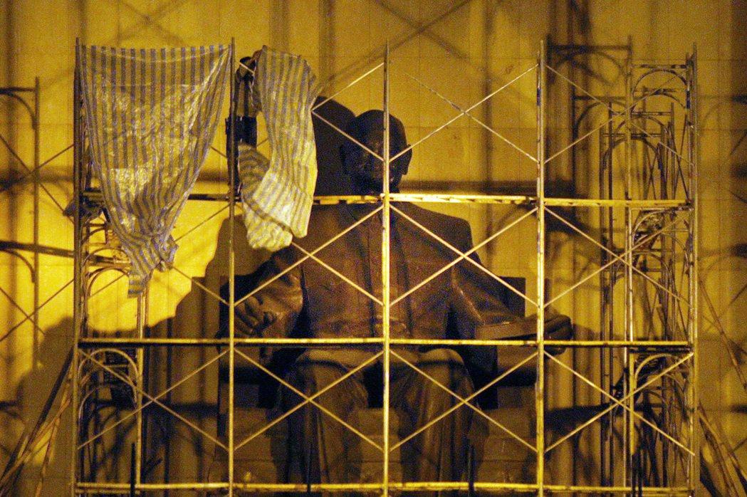2007年,高雄市政府拆遷中正文化中心蔣中正銅像及中正文化中心的橫匾。 本報資料...