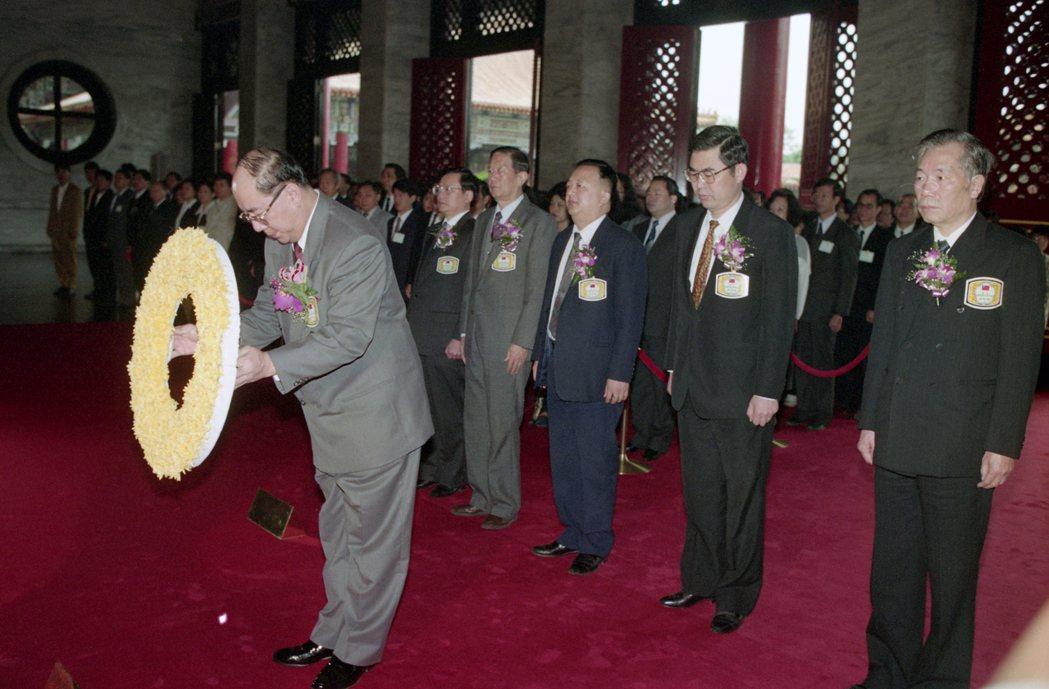 1992年,先總統蔣公逝世17周年紀念日,中樞遙祭黃帝陵典禮在圓山忠烈祠舉行,李...