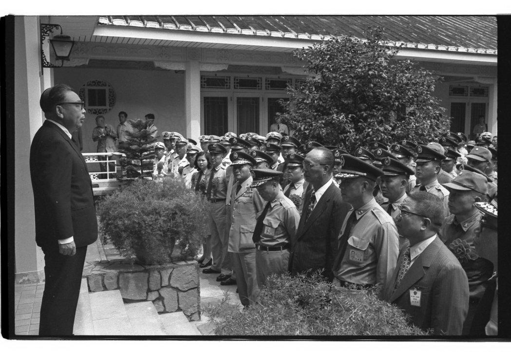 1976年9月3日,行政院長蔣經國,慈湖總統蔣公陵寢前接見國軍英雄及模範。 本報...