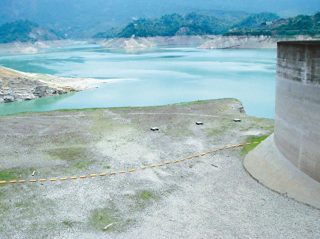 曾文水庫水位持續下降。 記者吳政修/攝影