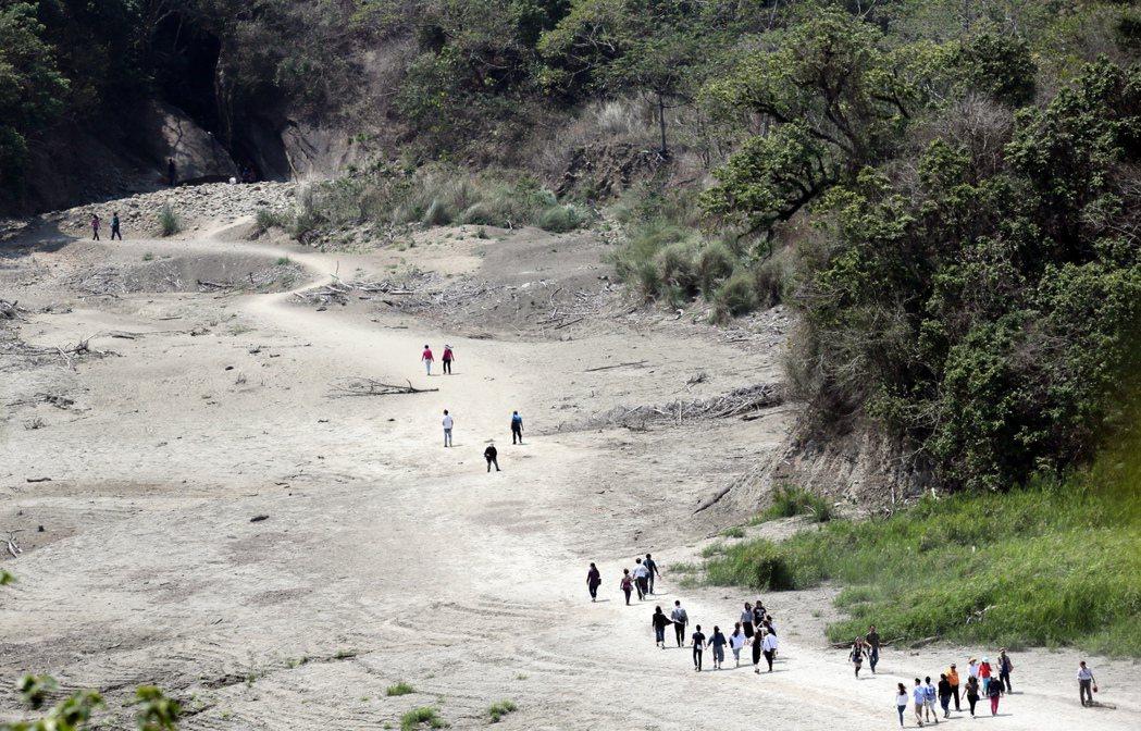 水情告急,台南南化水庫蓄水量不到三成,當地著名的南化大地谷由於枯水已久,清明連假...