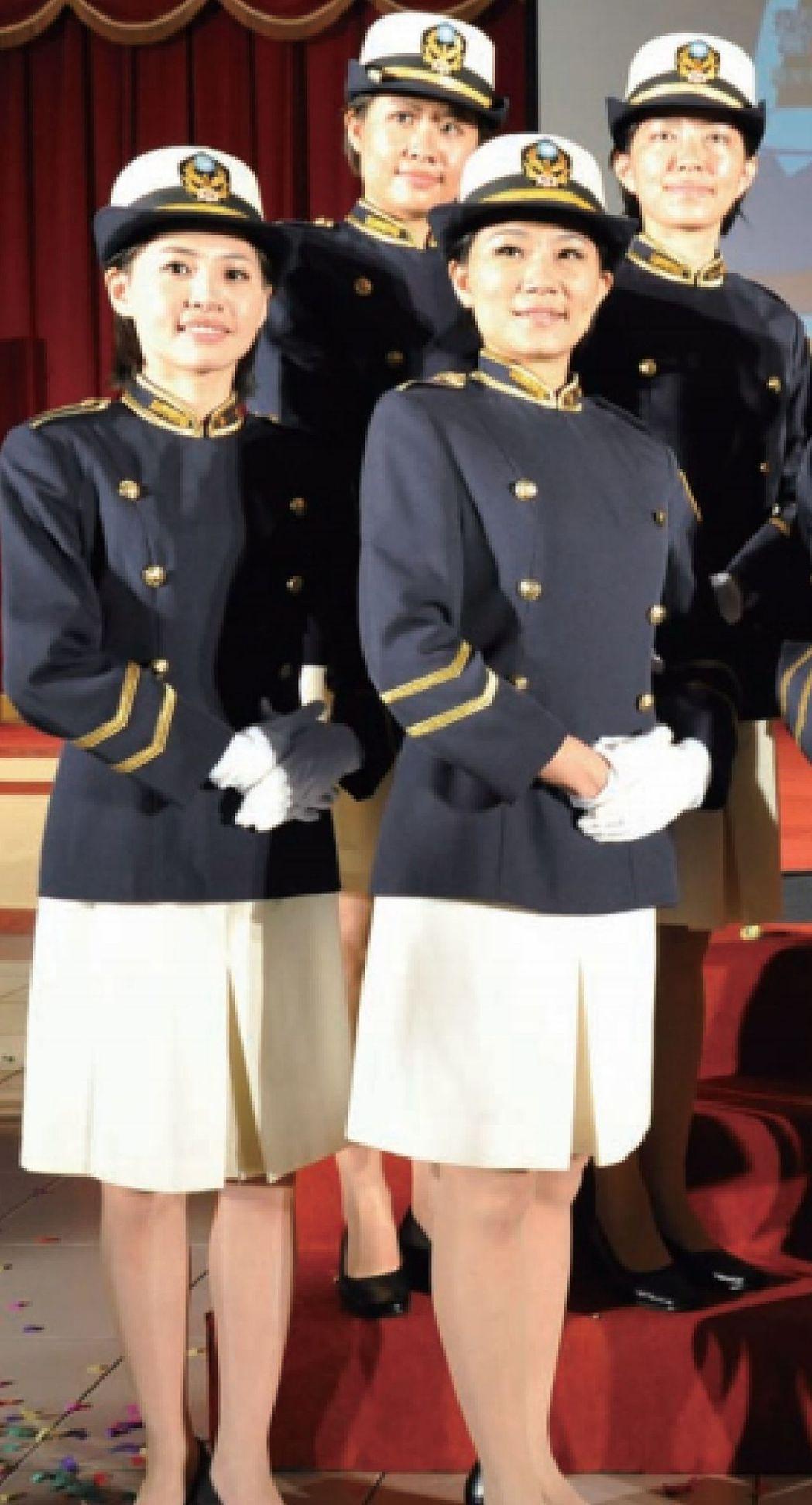 女警需著裙裝制服的限制,直到去年才解禁。 警政署/提供