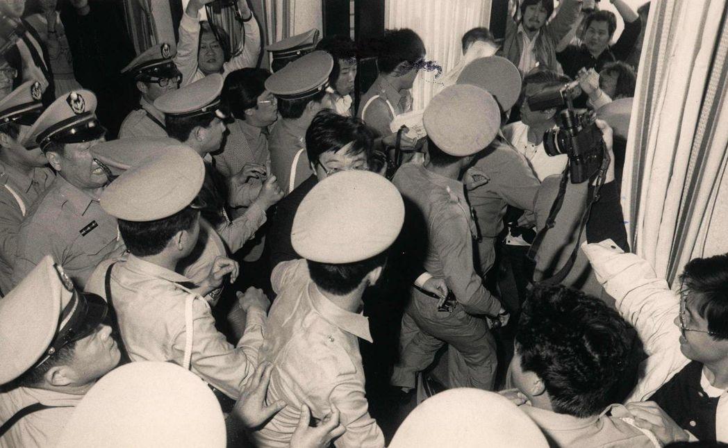 早期的卡其制服與帽子,和高中生太像了吧! 報系資料照