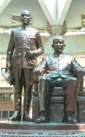 中山大學校園有國父孫中山坐像與蔣中正立像。 記者徐如宜/攝影