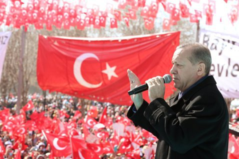 執政黨AKP力推擴大總統權力的修憲案,在修憲公投選戰中,AKP更時常將「愛國」與...