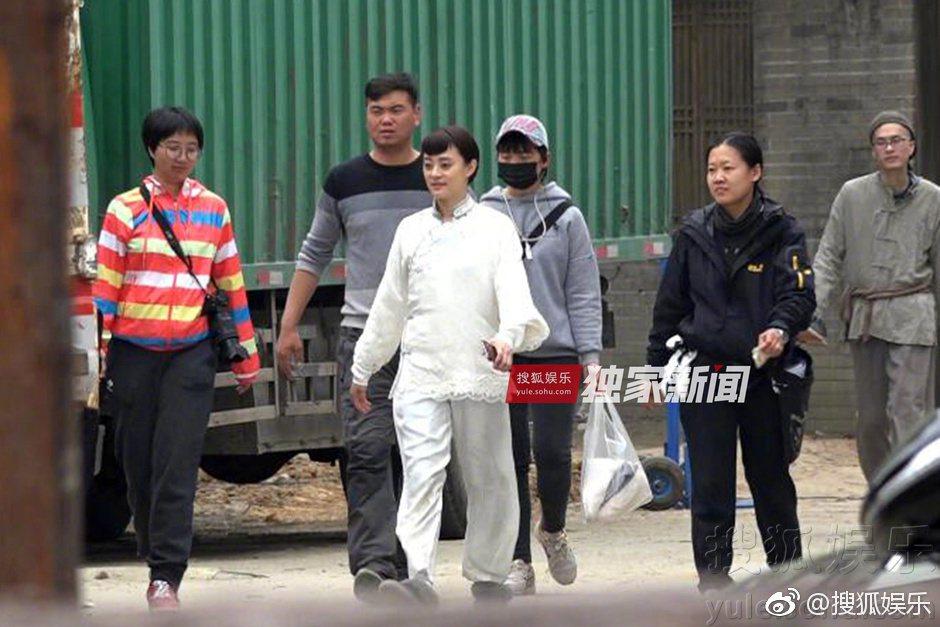 孫儷在片場時小腹微凸,走路時似乎比以往更加小心。 圖/擷自搜狐娛樂微博。