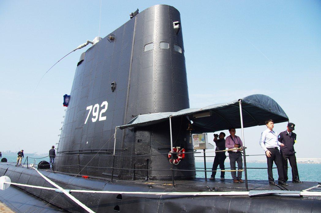 海豹號潛艦:高聳的帆罩是1960年代改建,以因應惡劣海象,避免大浪打上。 記者 ...