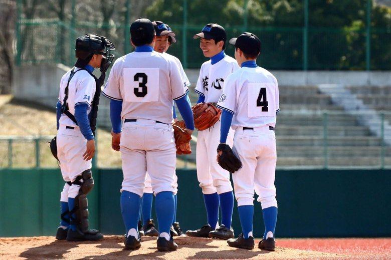 豐田毅成功勸說許多中輟生來打棒球,藉由這項運動體會團隊合作與溝通的重要性,更重要的是找回學生昔日的笑容。  圖/豐田毅提供