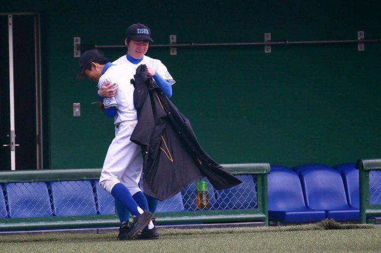 松本周力投269球,比賽結束後掩面痛哭,總教練豐田毅給予安慰。 圖/豐田毅提...