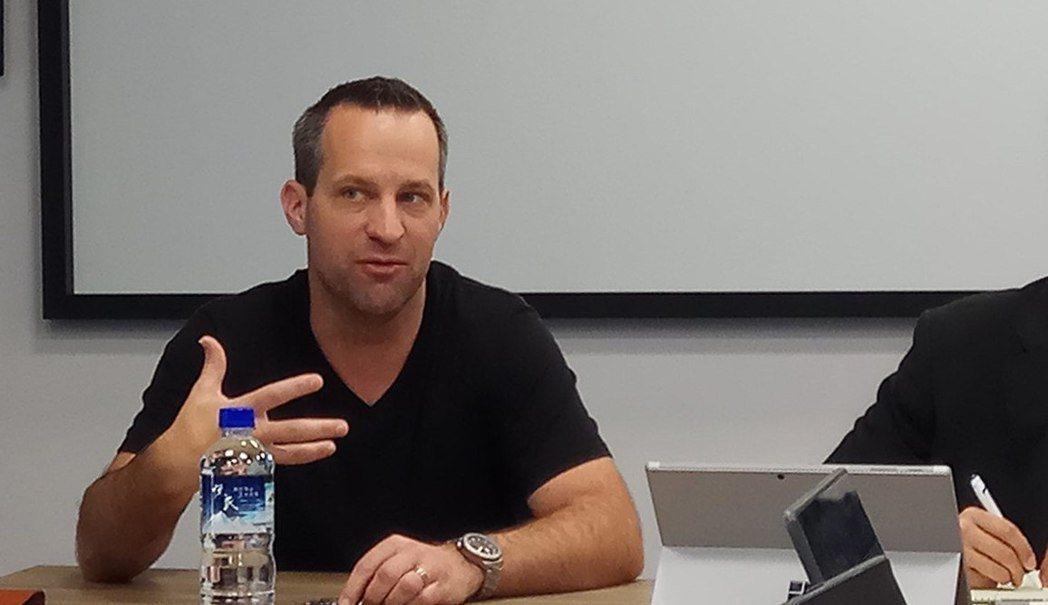 爐石藝術總監 Ben Thompson 接受udn遊戲角落等新聞媒體聯訪。 攝影...