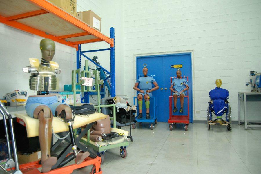 圖為測試人偶 Dummy 的儲存/校正室,由圖的左方起,分別為一般身型、嬰兒、大...