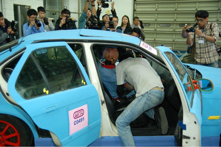 工作人員也開始依照前述「車門不得開啟」、「車門不得上鎖」、「燃油洩漏率 ≤ 30...