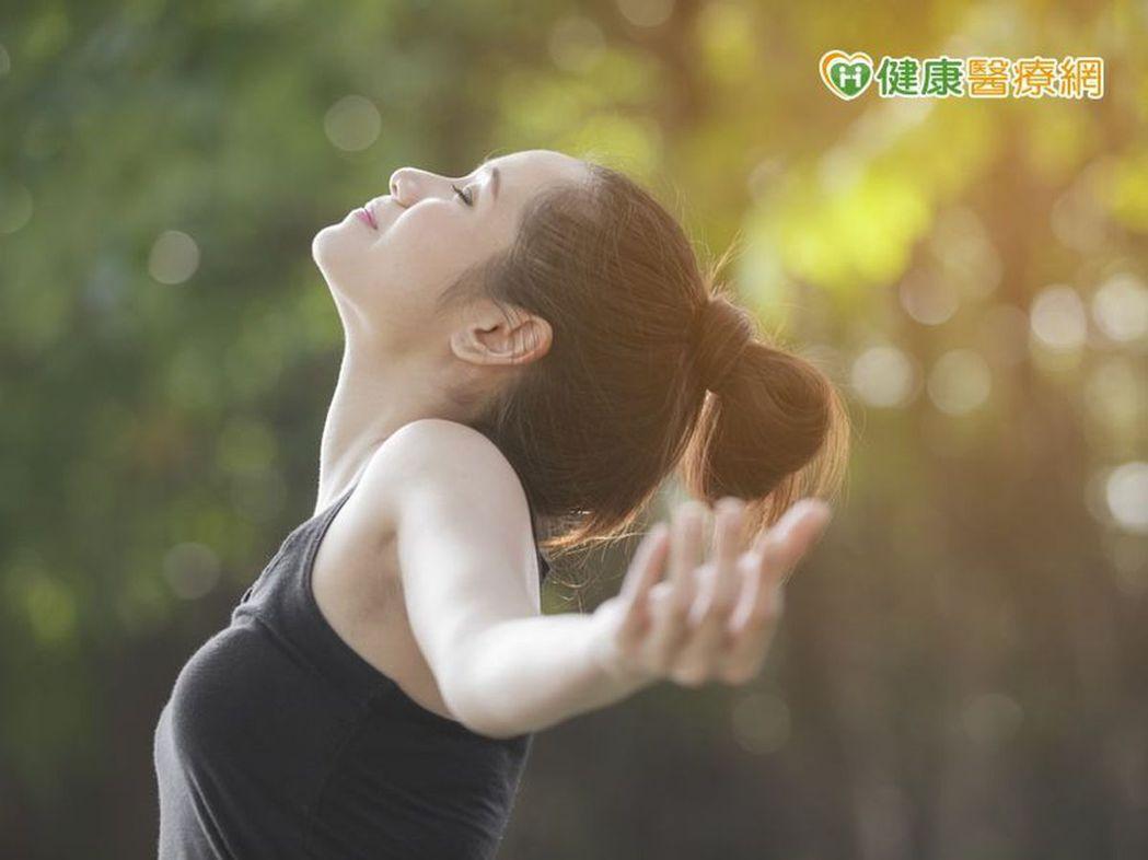 ▲國外學者認為,由於大腦神經元作用,深呼吸可幫助身心放鬆、紓壓。
