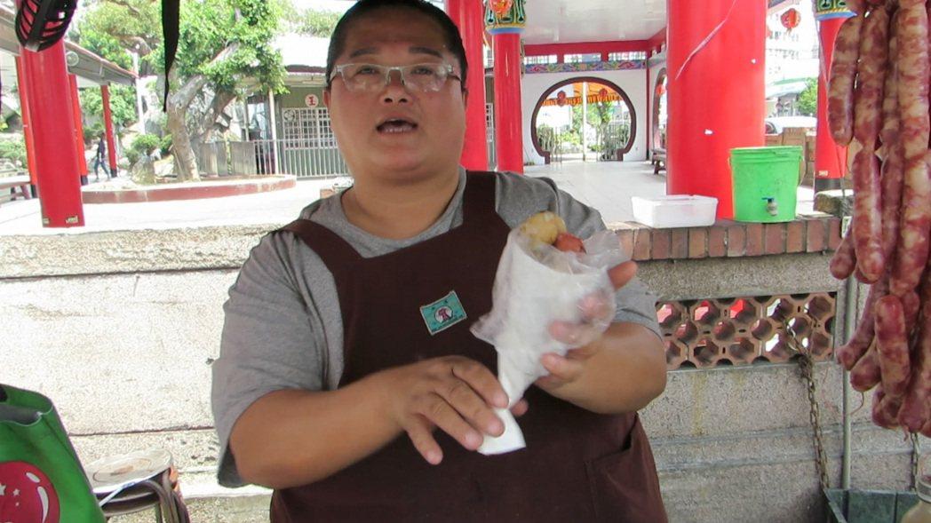 孟貴珍擺在苗栗市玉清宮牌樓下的攤車賣「大腸包小腸」21年,有一招「轉、轉、轉」吃...