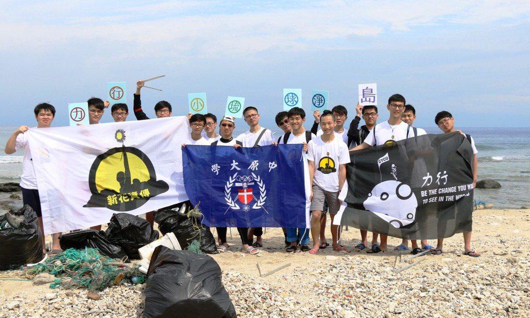 17位大學生自動自發到小琉球淨灘為保護環境盡心,希望喚起觀光客帶走垃圾不要再汙染...