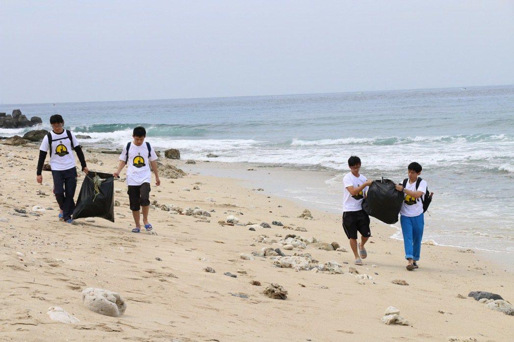 中原大學學生利用清明連續假日到小琉球淨灘。圖/中原大學提供