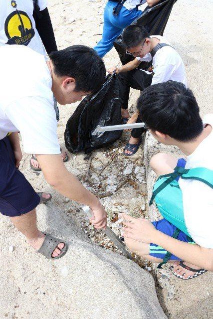 學生們新舊垃圾都不放過徹底淨灘。圖/中原大學提供