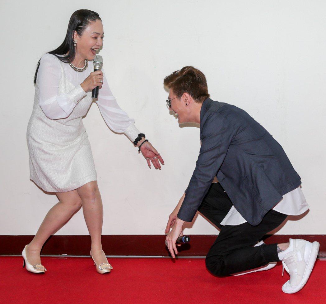 網路微電影「來不及的愛」今天下午舉辦首映會,本身為馬來西亞歌手的男主角張祖誠(右