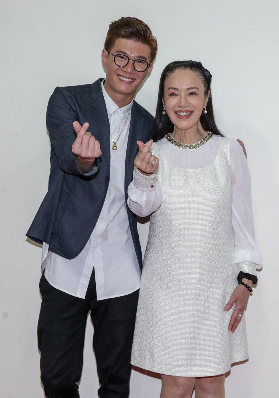 網路微電影「來不及的愛」今天下午舉辦首映會,本身為馬來西亞歌手的男主角張祖誠(左...