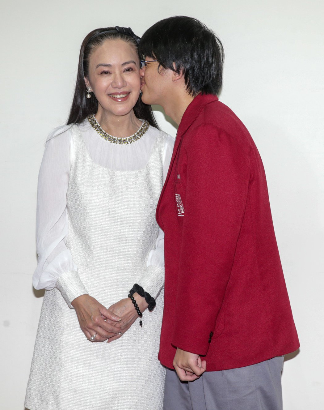 網路微電影「來不及的愛」今天下午舉辦首映會,女主角金佩珊(左)與兒子龍龍(右)共...