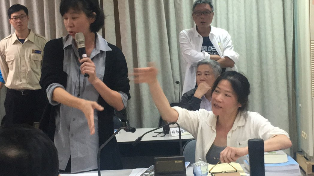 國道4號到石岡段第二階段環境影響評估範疇界定會議,遭環評委員林子凌(左)與林仁惠...